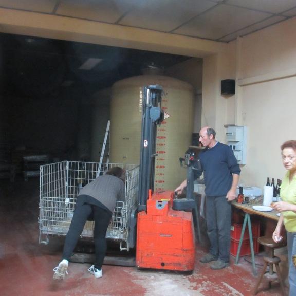 Eric Janin et toute l'équipe pendant la mise en bouteilles du Moulin-à-Vent 2012