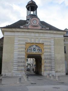 La Porte qui donne accès au centre de Givry